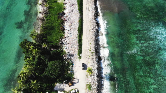 vidéos et rushes de an aerial view of the dumpsite on november 25 2019 in funafuti tuvalu the lowlying south pacific island nation of tuvalu holds about 11000 people and... - terre en vue