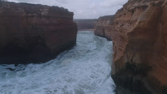 vidéos et rushes de an aerial view of the great ocean road at the loch ard gorge beach. victoria. australia. - roche sédimentaire