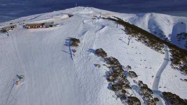 vídeos de stock, filmes e b-roll de an aerial view of the mount hotham ski resort in the victorian alps, great dividing range. - david ewing
