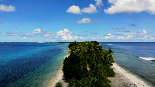 vídeos de stock e filmes b-roll de an aerial view of the southern tip of fongafale island on november 24 2019 in funafuti tuvalu the lowlying south pacific island nation of tuvalu... - ilhas do pacífico