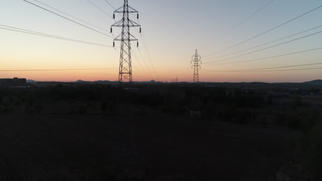 vidéos et rushes de an aerial view of the ultrahigh voltage power transmission tower on may 22 2017 in inner mongolia china - processus biologique