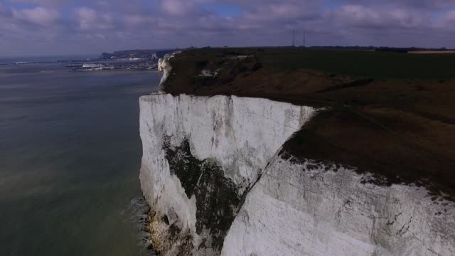 stockvideo's en b-roll-footage met an aerial view of the white cliffs of dover on march 7 2016 in dover england the united kingdom is an island nation which has been a member of the... - kent engeland