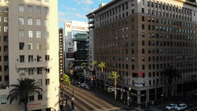 vidéos et rushes de an aerial view of traffic flowing lighter than usual on hollywood boulevard in the late afternoon on march 25 2020 in los angeles california... - hollywood boulevard
