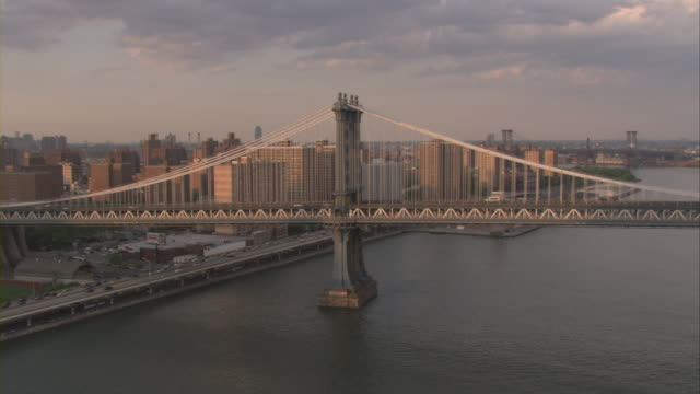 vídeos de stock, filmes e b-roll de an aerial view of traffic moving on the manhattan bridge. - manhattan bridge