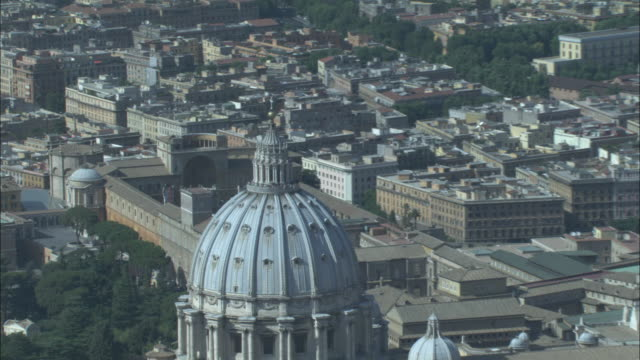 an aerial view reveals saint peter's basilica in vatican city. - ヴァチカン市国点の映像素材/bロール