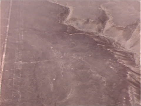 stockvideo's en b-roll-footage met an aerial view shows nazca lines in a desert. - archeologie