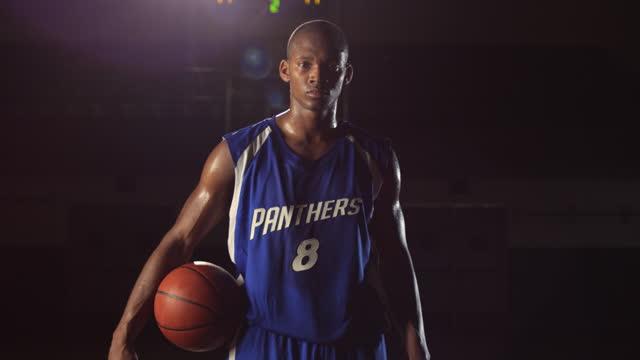 vídeos de stock, filmes e b-roll de um jogador de basquete afro-americano pratica dribles precisos, então pára e olha para a câmera. - número 8