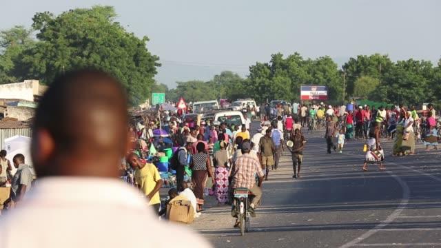 an african market on the roadside in ckiwawa, malawi, africa. - malawi stock videos & royalty-free footage