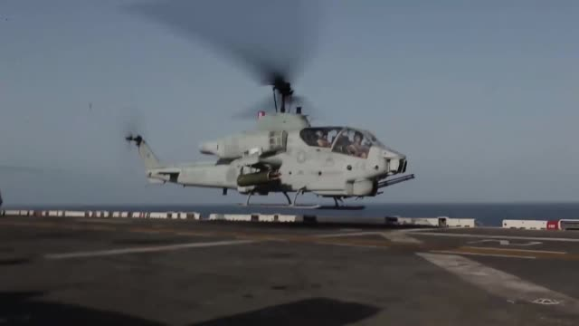 an ah1w super cobra with marine medium tiltrotor squadron 261 conducts flight operations aboard the uss iwo jima sept 4 2012 the cobras are part of... - kampfhubschrauber stock-videos und b-roll-filmmaterial