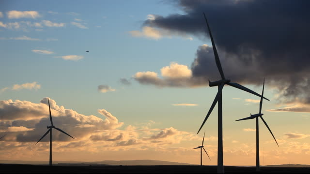 vídeos y material grabado en eventos de stock de an aircraft passing whitelee wind farm on eaglesham moor just south of glasgow in scotland, uk, is europes largest onshore wind farm with 140 turbines and an installed capacity of 322 mw, enough energy to power 180,000 homes. - hélice pieza de máquina