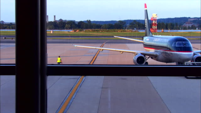 an airliner pushes back from the gate. - ronald reagan washington national airport stock videos & royalty-free footage