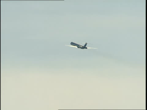 an airplane ascends above the potomac river. - river potomac stock videos & royalty-free footage