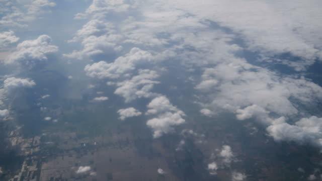 日没時に飛行機の雲の上を飛ぶ窓からの飛行機 - 飛行機の視点点の映像素材/bロール