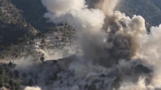 vídeos y material grabado en eventos de stock de an airstrike destroys an isis-k fighting position during afghan commando offensive operations in mohmand valley, nangarhar province. over the winter,... - air raid