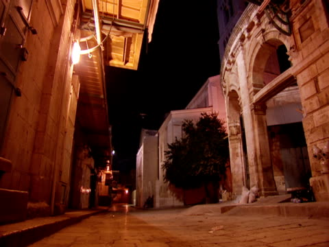 an alley runs by the church of the holy sepulchre. - gerusalemme est video stock e b–roll