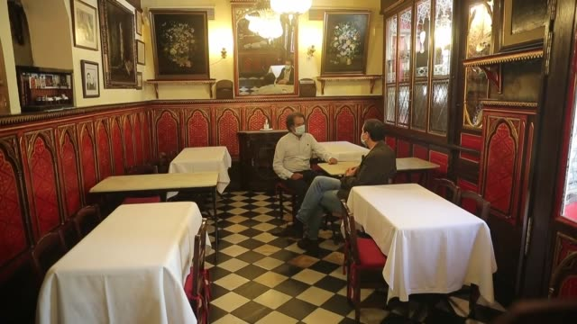 vídeos de stock e filmes b-roll de an almost three-century-old restaurant in spain's capital madrid is having difficult economic times due to the ongoing effects of the covid-19... - ava gardner