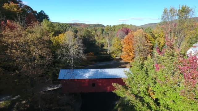 an amazing aerial view of slaughterhouse covered bridge. vt. usa - überdachte brücke brücke stock-videos und b-roll-filmmaterial