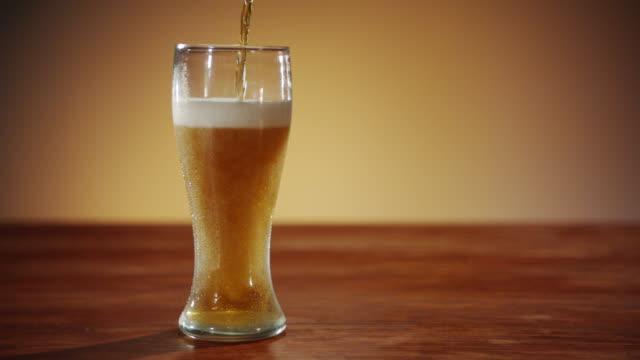 vídeos y material grabado en eventos de stock de un ámbar ale se vertió en vidrio - beer mug