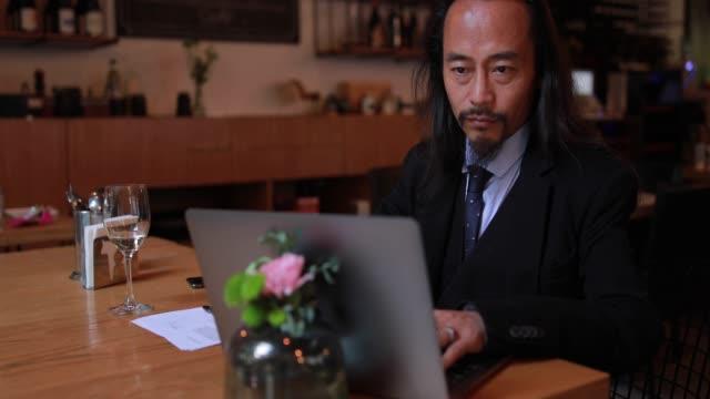 vídeos y material grabado en eventos de stock de un hombre ambicioso - un solo hombre maduro