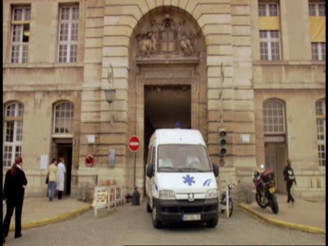 vidéos et rushes de an ambulance leaves pitiŽ-salptrire hospital in paris. - ambulance