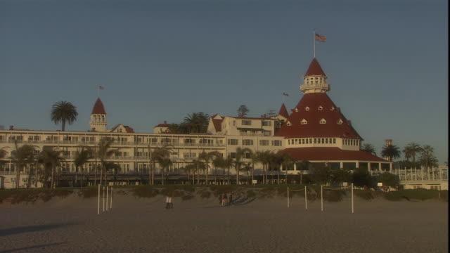 vidéos et rushes de an american flag flies atop the hotel del coronado. - san diego