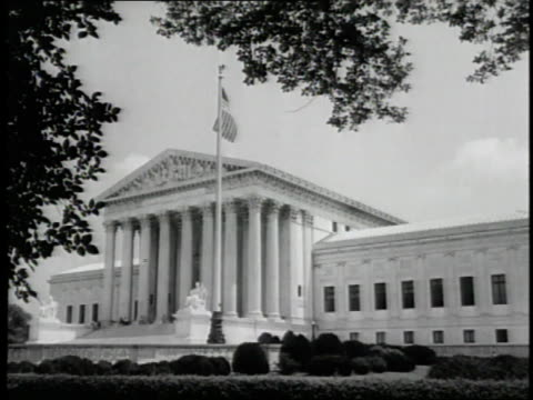 an american flag flies outside of the united states supreme court building. - 1939 stock-videos und b-roll-filmmaterial