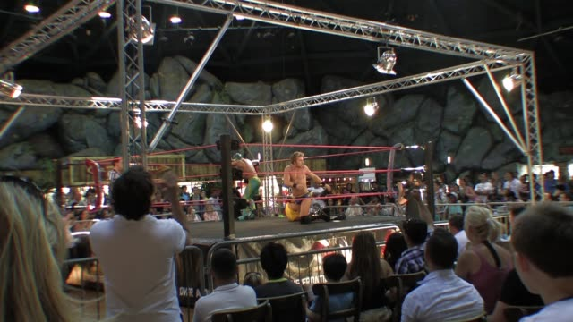 vídeos y material grabado en eventos de stock de an american style professional wrestling match sequence audience pov shot - oficial deportivo