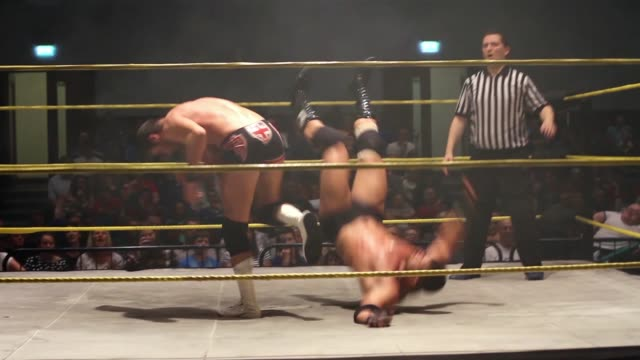 an american style professional wrestling match sequence featuring a kick to the face - 英国ハンプシャー点の映像素材/bロール
