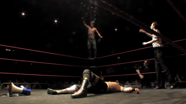 vídeos de stock e filmes b-roll de an american style professional wrestling match sequence featuring the classic flying elbow from the top rope - elbow
