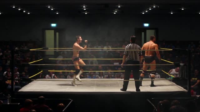 an american style professional wrestling match sequence from the beginning of a match ending in a clothesline - 英国ハンプシャー点の映像素材/bロール