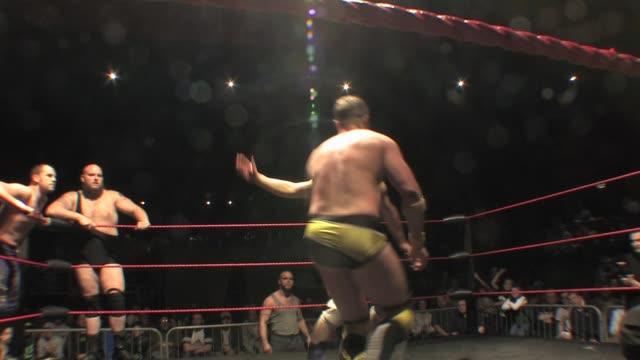 vídeos y material grabado en eventos de stock de an american style professional wrestling match sequence - oficial deportivo