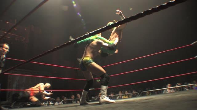 vídeos de stock, filmes e b-roll de an american style professional wrestling match sequence - escalada libre