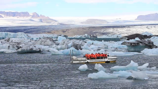 an amphibious vehicle with tourists at the jokulsarlon ice lagoon which is one of the most visited places in iceland it has been created by the rapid... - amphibious vehicle stock videos & royalty-free footage
