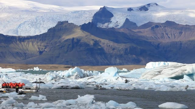 stockvideo's en b-roll-footage met an amphibious vehicle with tourists at the jokulsarlon ice lagoon which is one of the most visited places in iceland it has been created by the rapid... - amfibivoertuig