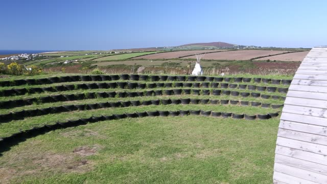 vídeos y material grabado en eventos de stock de an ampitheatre built with used tyres at mount pleasant ecological park porthtowan cornwall uk - anfiteatro
