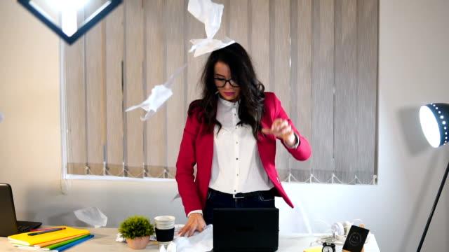 vídeos de stock, filmes e b-roll de uma mulher de negócios com raiva lança papéis no escritório - falência