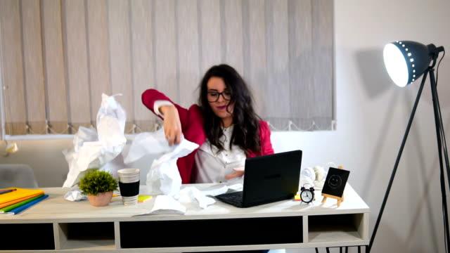 eine böse geschäftsfrau wirft papiere im büro - sekretärin stock-videos und b-roll-filmmaterial