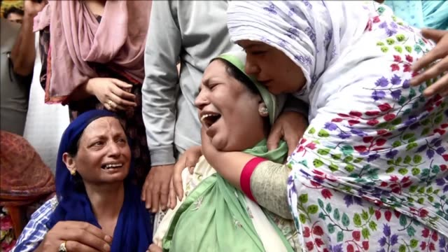 An angry mob beat a police officer to death outside a mosque in Indian administered Kashmir police say as tensions ran high in the volatile Himalayan...