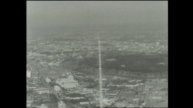 an antenna on top of the tokyo tower overlooks the city. - 1950~1959年点の映像素材/bロール