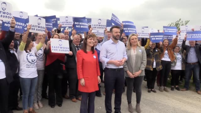 vídeos de stock e filmes b-roll de an antibrexit battle bus unveiled by nationalist sdlp leader colum eastwood in derry as he launches his campaign on the irish border with a... - eleição