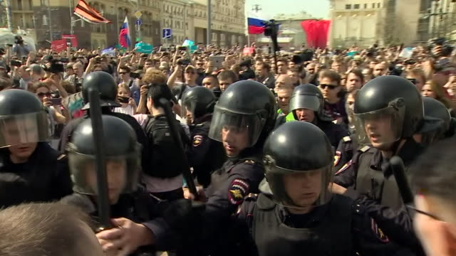 an antivladimir putin protest in moscow on the day of his inauguration - wladimir putin stock-videos und b-roll-filmmaterial