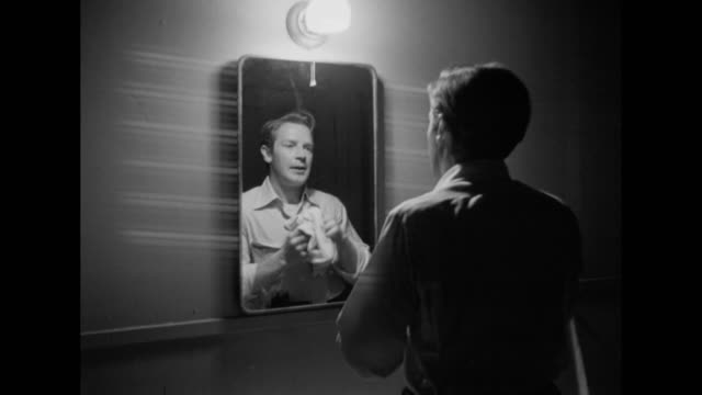 1948 an anxious man washes his face and looks in the mirror - specchio video stock e b–roll