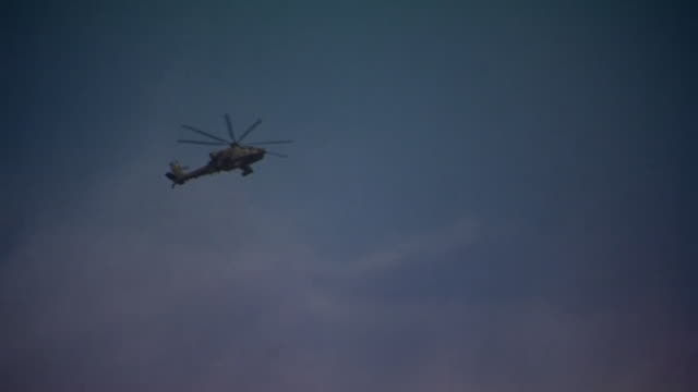 an apache helicopter flying in the skies close to the islamic state stronghold of mosul - アパッチヘリコプター点の映像素材/bロール