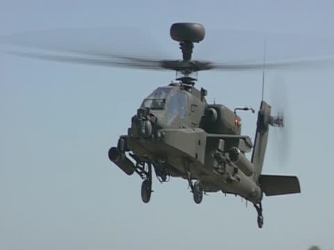 an apache helicopter lands in california - kampfhubschrauber stock-videos und b-roll-filmmaterial