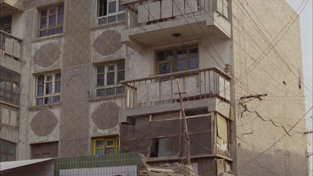 an apartment building in afghanistan features small balconies. - fensterfront stock-videos und b-roll-filmmaterial