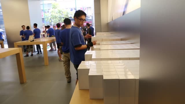 an apple inc employee bags boxes of the iphone 6 at the companys causeway bay store during the sales launch of the iphone 6 and iphone 6 plus in hong... - プラスキー点の映像素材/bロール