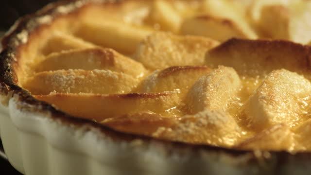 vidéos et rushes de an apple tart bakes in an oven. - pomme