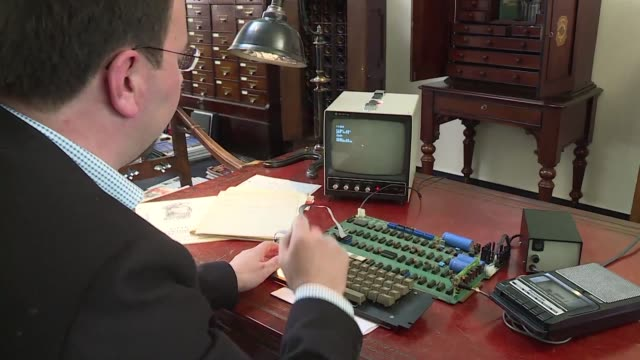 an apple1 computer from 1976 that still works is auctioned in cologne the invention of apple founders steve wozniak and steve jobs is expected to... - 1976 bildbanksvideor och videomaterial från bakom kulisserna