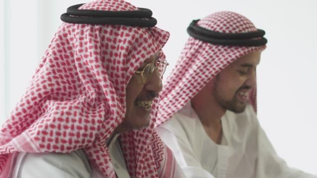 vídeos de stock e filmes b-roll de an arabian businessmen talking to each other - islamismo