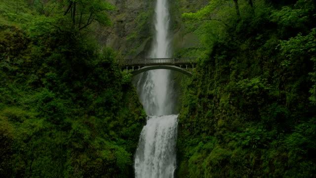 vídeos y material grabado en eventos de stock de an arched bridge spans multnomah falls in the columbia river gorge. - cascadas de multnomah